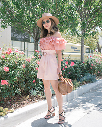 Elizabeth Lee (Stylewich) - Cult Gaia Lilleth Bag, Jacquemus Samba Sandals - Blush
