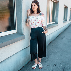 Nina Wirths - Jeans Fritz Top, Monki Trowser, Prettylittlething Shoes - Happy Wednesday!