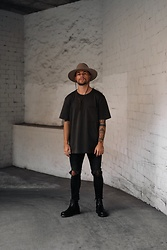 Kevin Elezaj - Dr. Martens Boots, Levi's® Jeans, Cos T Shirt, Brixton Hat - Back with the hat