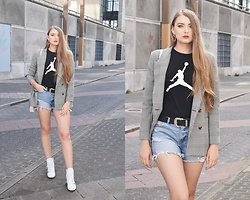 Paulina Kędzierska - Zara Checkered Blazer, Nike T Shirt, Reserved Denim Shorts, Guess Sneakers, Stradivarius Belt, Na Kd Earrings - Checkered blazer
