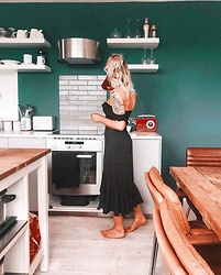 Fern Jenner - Hollister Cotton Top, H&M Midi Skirt - Kitchen chilling
