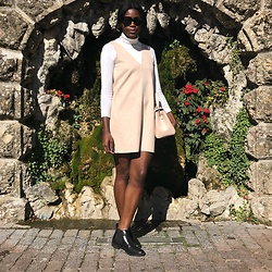 PAMELA - Chicorée White Turtleneck, Zara Jumper Minidress, Mango Square Sunglasses, Mango Ladylike Bag, La Redoute Chelsea Boots - The Mini Jumper Dress