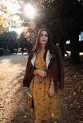 Pretty-Roxanne Stratmains ☥ - Dress Your Days Yellow, Nicole Vienna Black And Gold Watch - Fall vibes