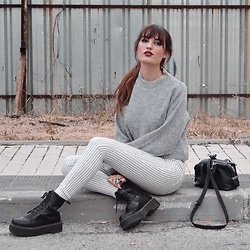 TurnToBlack Eira - H&M Sweater, Aboutgirls Jeans, Dr. Martens (Jadon), Zara Bag, Crazyfactory Rings - GREY