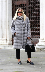 Eniwhere Fashion - Vintage Contemporaneo Grey Fur, Gucci Vintage Black Bag - How to wear a grey fur