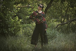 Ewa Macherowska - Second Hand Blouse, Second Hand Culottes, New Yorker Slippers, Allegro Bag, Born 86' Sunglasses, Zaful Earrings - Floral Blouse