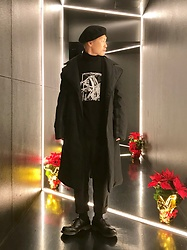 ★masaki★ - Newyorkhat Beret, Komakino Coat, Ssnmrkrn Art Tee, Ch. Trousers, Dr. Martens 3hole - All Black Everything