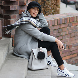 Minimalissmo .. - Buqu Powerbank Pompon, Emoi Grey Coat, Reebok Shoes - Elegant sporty