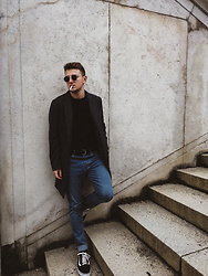 Anel Musanovic - Ray Ban Sunglasses, H&M Black Sweater, New Yorker Gray, Vans Old Skool, H&M Jeans, H&M Black Belt -  München