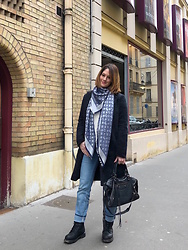 The laid-back girl Léa - Louis Vuitton Shawl, Only Coat, Balenciaga Bag, Freeman Porter Jeans, Harley Davidson Boots - Ranger and Monogram