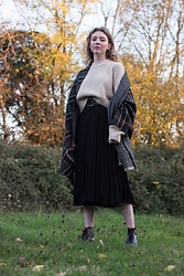 Holly Read - And Other Stories Beige Cropped Oversize Knit Jumper, Zara Old Oversize Scarf, Vintage Black Pleated Skirt, Black Vintage Lace Up Boots - Outlander