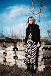 Daniella Robins - Topshop Dress - A Classic Approach To Styling Power Prints
