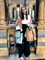 Karina Bogdan - Weekday Shirt, Mango Pants, Jakke Coat, Converse X Comme Des Garçons Sneakers, Ace & Tate Glasses, Gucci X Comme Des Garcons Paper Bag - Night at the Museum