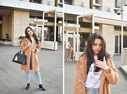Jelena Dimić - Shein Teddy Coat, River Island Ditch The Label T Shirt, Rosefield The Boxy Watch, Guess Bag, Beret Ma Chérie Chain Coin Belt, Zara High Waist Jeans, Seaside Ankle Boots - But in the moonlight we get lost