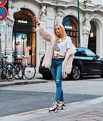 Laura Simon - Zadig & Voltaire White Tee, Balenciaga Triple S, River Island Faux Fur, Gucci White Belt, Na Kd Blue Denim Jeans - Feel like Carrie 🙋🏼‍♀️