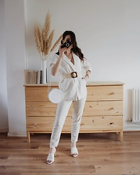 Karolina G. - New Look Off White Woven Flared Block Heel Mules, H&M Paper Bag Trousers, Missguided White Round Croc Cross Body Bag, Daniel Wellington Classic Petite Watch, 28mm, Asos Glamorous Rattan Woven Belt With Square Tortoiseshell Resin Buckle, Asos Missguided Multi Layered Coin Pendant Necklace - Bette davis eyes- kim carnes