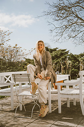 Isabella Thordsen - Aloha Sandals Espadrillers, Asos Blazer, Other Stories Clutch - Oversized blazer and seashell clutch for Spring