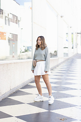 Claudia Villanueva - Pull & Bear Sweater, Mango Fannypack, Zaful Skirt, Buffalo London Sneakers - Una riñonera de rafia