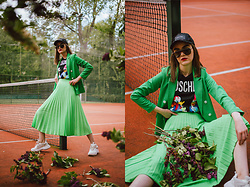 Andreea Birsan - Black Sequin Cap, Printed T Shirt, Double Breasted Green Blazer, Neon Green Midi Pleated Skirt, White Chunky Sneakers, Oversize Sunglasses - Midi skirt & sneakers