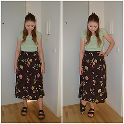 Mucha Lucha - Bershka Top, Second Hand Skirt, Vrs Sandals - Autumnal skirt in summer