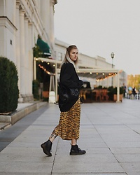 Fisty F - H&M Oversized Pullover, Edited Satin Dress Golden Tiger Print, Dr. Martens Dr 101 Vegan, Vans Diamond Backpack - Satin Tiger Dress - Fall vibes