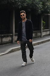 Kevin Elezaj - Vans Sneakers, Cos Pants, Review T Shirt, Arket Vest, Burberry Glasses - Milano