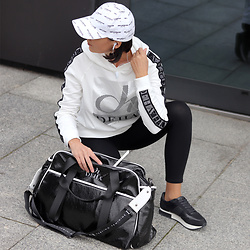 Minimalissmo .. - Deha Blouse, Deha Sports Bag, Massimo Dutti Sneakers - Sporty girl (gym)