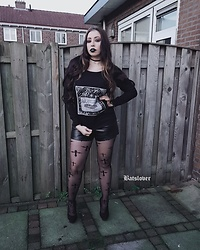 Batslover - Wyrdwolfdesigns Memento Mori, Femme Luxe Finery Faux Leather Shorts, Pamela Mann Cross Tights - Witch next door