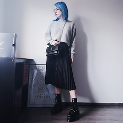 Saskia B. - Dr. Martens Jadon Hi Max X Dollskill, Stradivarius Pleated Skirt, Yves Saint Laurent Sunset, Missguided Oversize Knitwear - Jadon Hi Max