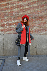 Mi Vida En Rojo - Stradivarius Coat, H&M Sneakers - Before the storm