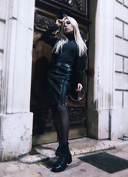 Anne-Cécile Van Doren - Vila Faux Leather Pencil Skirt, Chelsea Boots, Stradivarius Turtleneck - Cold twilight in the streets