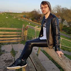 André Riegel - Hummel Hitop Sneaker, Kapow Meggings Black Viper, Zalando Longshirt - Sunset on the dike