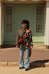Weronika Bukowczan - Asos Flared Blue Jeans, Vintage Floral Oversized Shirt, Vintage Leopard Print Oversized Shirt, Vintage Leather Brown Bag - Leopard Likes Flowers