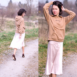 Claire H - Lyvem Hoodie, H&M Satin Midi Skirt, Högl Pointed Heels - Glowing mind