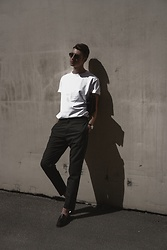 Andrejs Šemeļevs - Cos T Shirt, Cos Pants, Cos Leather Bag, Ray Ban Sunglasses - CASUAL LOOK