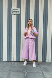 Adriana M. - Bershka Tie Dye Tshirt, Pretty Little Thing Oversized Pants, Nike White Sneakers - Pink tie dye