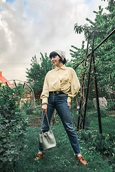 Weronika Bukowczan - Levi's® Blue Jeans, Oversized Yellow Shirt, Bucket Grey Bag, Vintage Leather Brown Shoes, Black Leather Vintage Belt, Laura Ashley Floral Silk Scarf - IG: @vintageshadeson