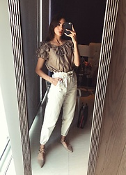 Mariana Garza - Stradivarius Pants - Ruffles and beige