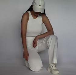 Kat I. - Birgit Herskind Top, The Mercer Ny Pants, Arkk Shoes, Wood Cap - Total white