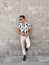 Alexander Renzl - Zeus Black High Top Sneakers, Jack&Jones Beige Combat Pants, Ray Ban Wayfarer Sunglasses - Summerjam