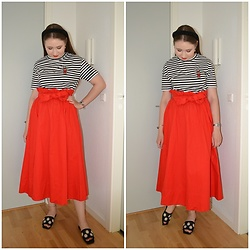 Mucha Lucha - H&M T Shirt, H&M Skirt, Monki Sandals - Statement skirt