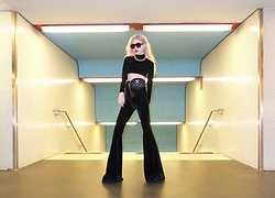 Emmalynn V - Vetements Velvet Bell Bottom Pants, Vetements Mock Turtleneck Crop Top, Gold Chain Necklace, Céline Celine Geometric Sunglasses - Diskursive Verortung