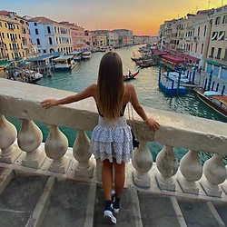 AriSpe - Converse All Star Platform High Top, Shein Miniskirt Pois, Zara Top, Pull & Bear Pochette - Sunset in Venice