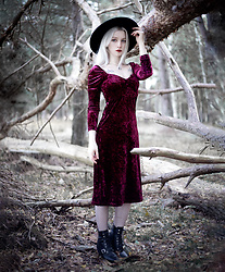 Joan Wolfie - Disturbia Serpent Hat, Disturbia Sloane Burgundy Velvet Midi Dress - WHITE WITCH // IG: @joanwolfie