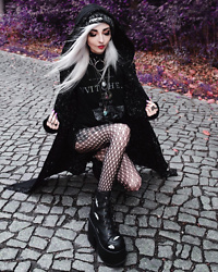 Kimi Peri - Ydwya Beanie, Rogue And Wolf Dark Matter Cardigan, Disturbia Witches Sweatshirt, Patterned Tights, Demonia Bats Camel 203, Disturbia Choker - Dark Matter ✨
