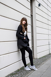 Andrea Funk / andysparkles.de - Asics Sneaker - All Black with Grey Sneakers