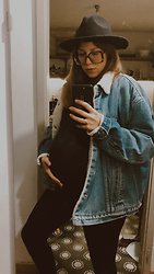 Nina V - H&M Secondhand Black Felt Hat, Tijn Tortoise Shell Glasses, Levi's® Vintage Levi'S Sherpa Jacket, Black Turtleneck, H&M Black Maternity Leggings - •yo mama•