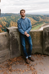 Kevin Elezaj - Dr. Martens Boots, Lee Jeans, Lee Shirt - Autumn leaves