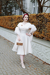 Charlotte S. - Vivien Of Holloway Grace Ivory Duchesse Dress, Vecona Vintage Stole Silverscreen Star - Snow Queen
