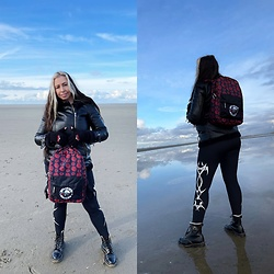 Batslover - Paradiso Clothing Guns'n'roses Backpack, Paradiso Clothing Mittens Guns'n'roses, Long Clothing Tribal Leggings, Dr. Martens Boots, Vero Moda Biker Jacket - Winter trip